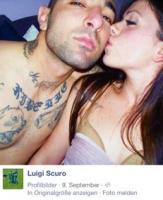 """Luigi mit einem """"Me ne frego""""-Tattoo, welches mit """"Ist mir egal"""" übersetzt werden kann und welcher einer der beliebtesten Sprüche in der extremen Rechten in Italien ist"""
