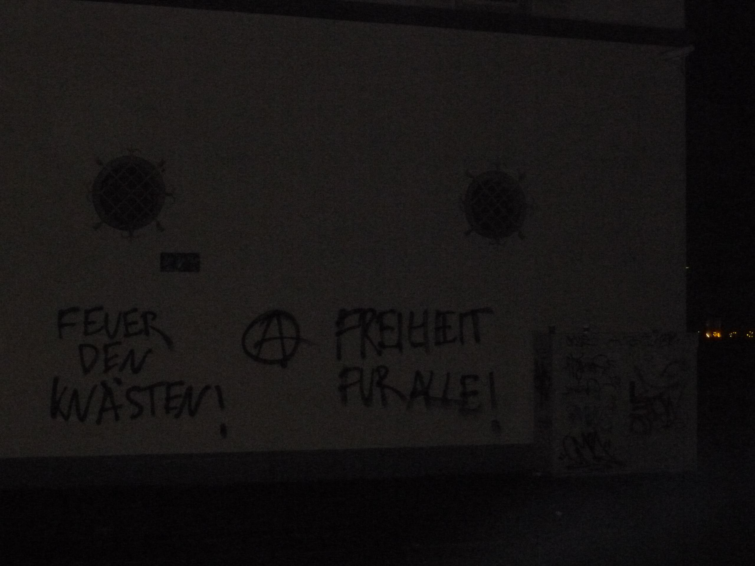 'Feuer den Knästen' und 'Freiheit für alle' als Graffiti an den Außenwänden der JVA Dortmund