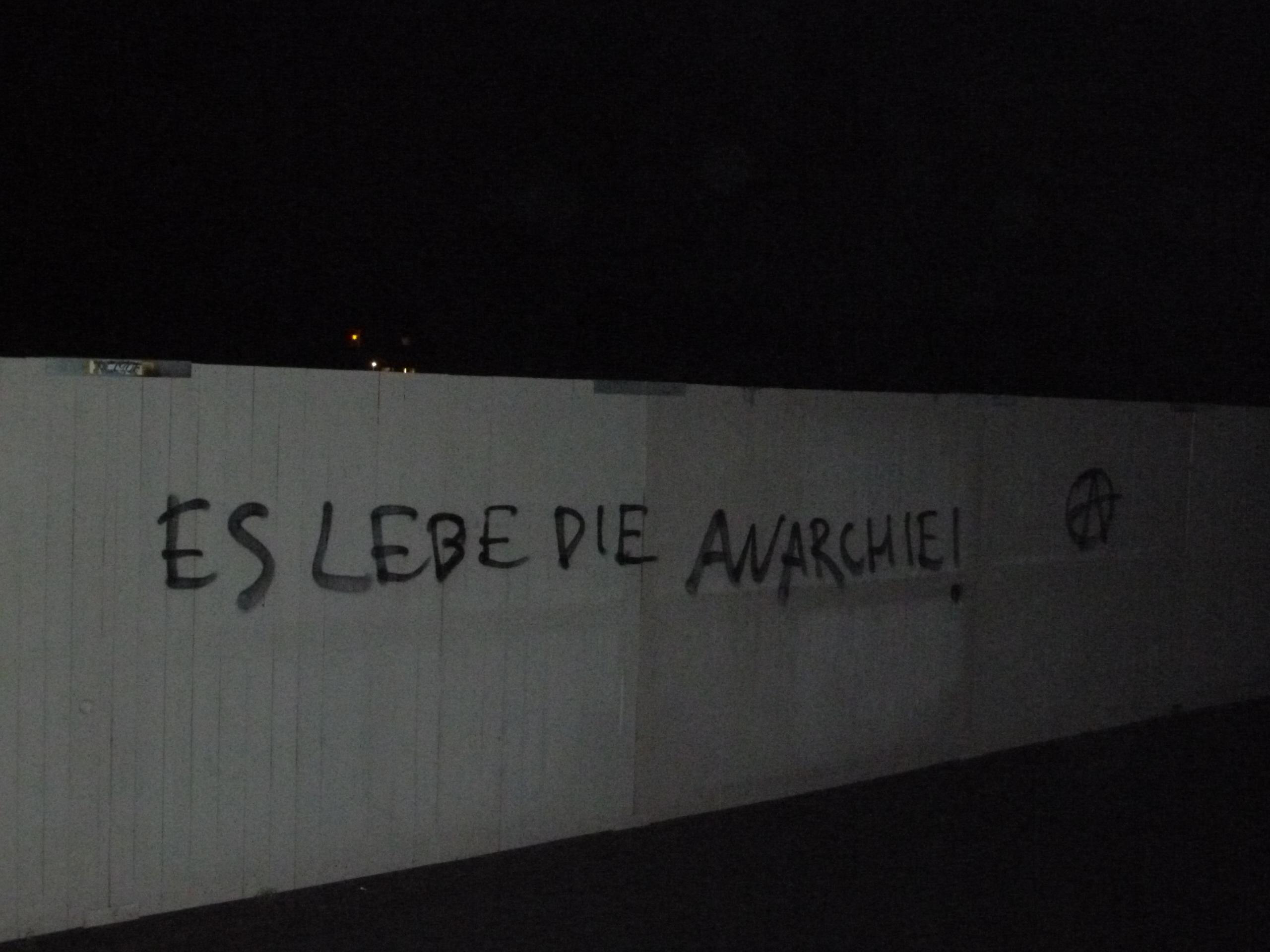 'Es lebe die Anarchie' als Graffiti an den Außenmauern der JVA Dortmund