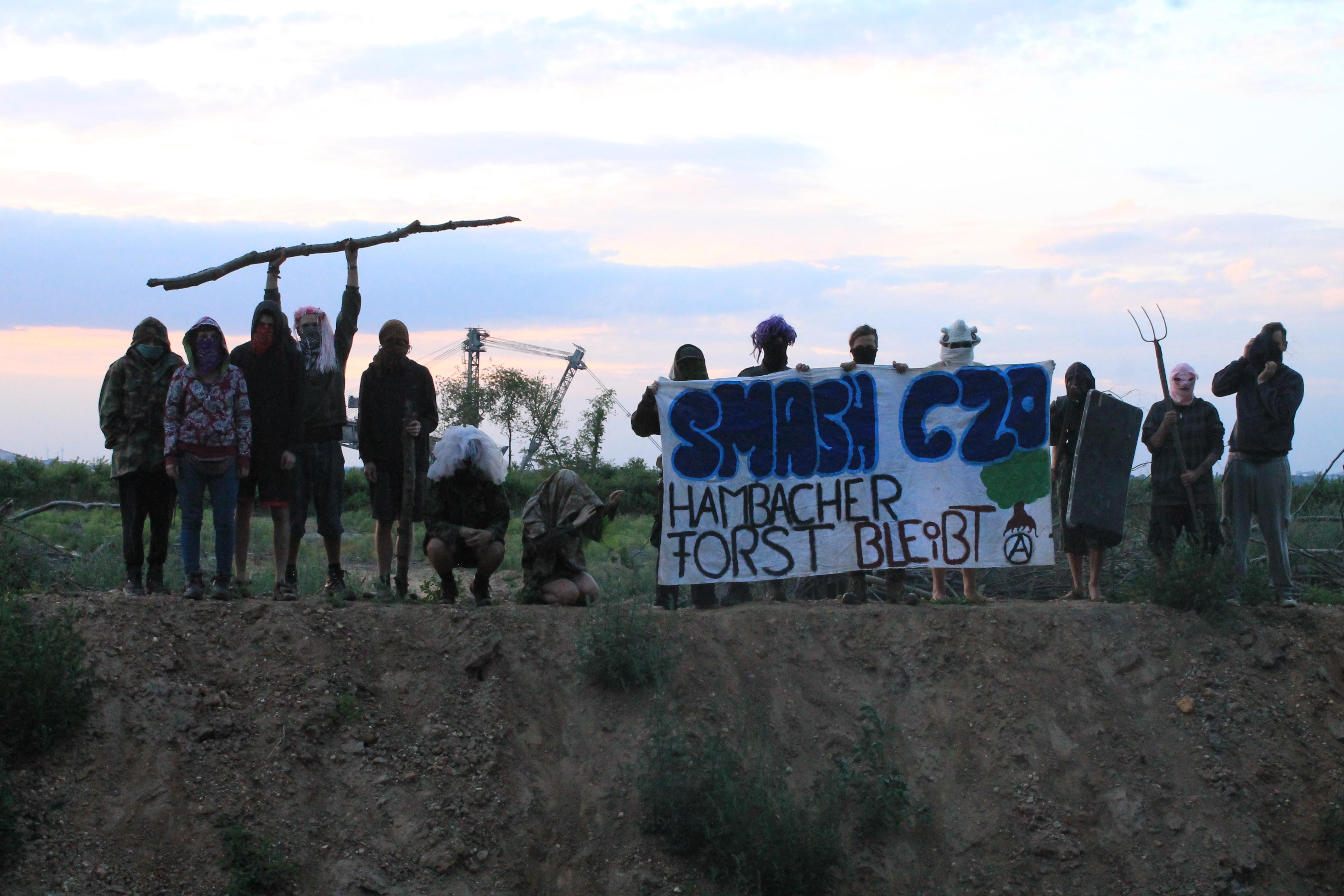 Auch Schaufelradbagger werden mit G20-kritschen Mobfotos blockiert
