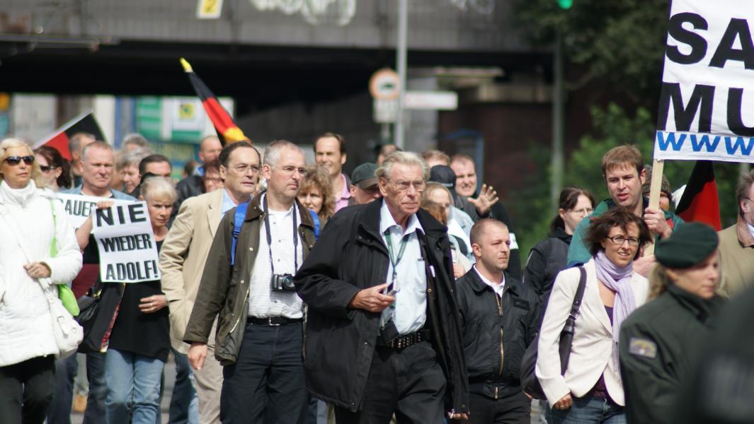Rassist_innen von pro NRW demonstrieren gegen OB Adolf Sauerland