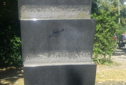 Mit Nazisymbolik entweihtes Anne-Frank-Denkmal am Kuhlenwall