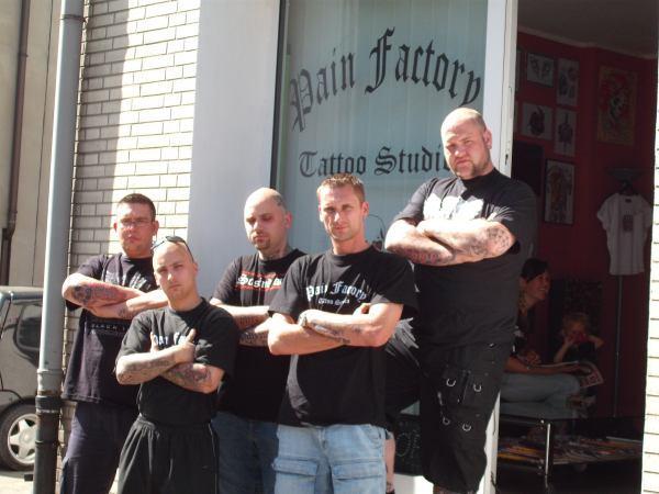 """Tätowierer und Supporter von """"Pain Factory"""" in Duisburg-Homberg"""