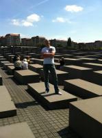 Stephan Hinrichs posiert auf dem Holocaust-Mahnmal in Berlin