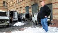 Gerald Schramm (48) steht vor den Trümmern seiner Firmenwagen knöcheltief im Löschschaum