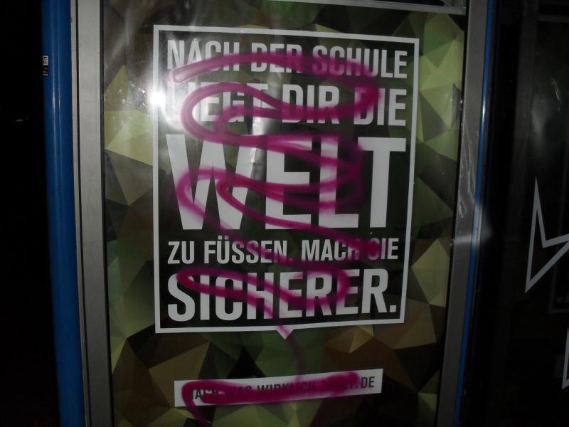 Graffiti auf Bundeswehr.Plakat