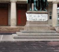 Denkmal und Banner