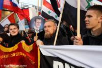 """Marc Kluge (Mitte) bei einer Demonstration für Putin und Assad der """"Antiimperialistischen Aktion"""" am 31.10.2015 in Berlin (Foto: Thorsten Strasas)"""
