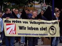 Emanuel Reuter (mittig) und Oliver Stallmann (rechts) mit Transparent bei Naziaufmarsch am 06.08.2005 in Magdeburg