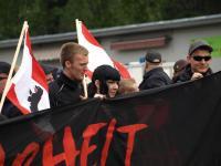 """Michele Kurth (links) und Michael Machner (rechts) bei Naziaufmarsch """"Wahrheit macht frei"""" am 14.05.2011 in Berlin-Kreuzberg"""
