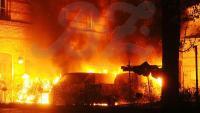 Meterhohe Flammen in Mitte: Die Autos auf dem Firmengelände brannten vollständig aus
