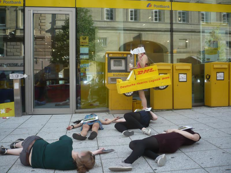 Antimilitaristischer Flashmob vor Post