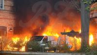 Doch auch die Rettungskräfte konnten nicht verhindern, dass die drei Transporter und das Auto ausbrannten