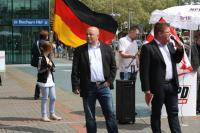 Holger Apfel und sein Bodyguard